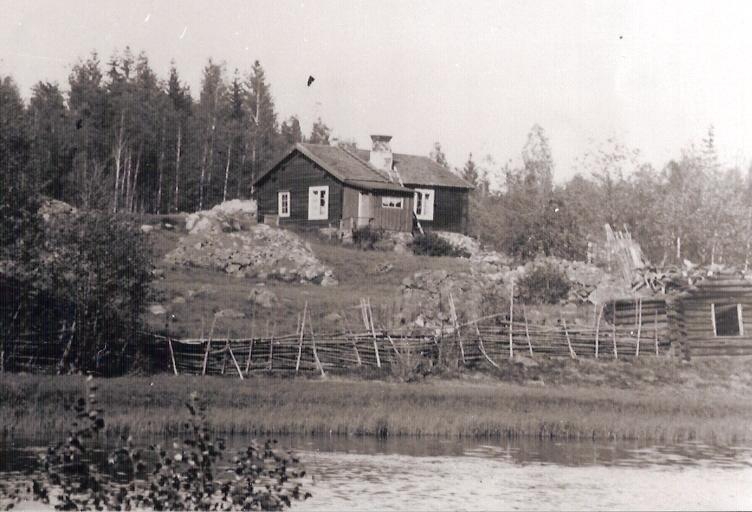 ÅBO. Backstuga, låg mittemot gamla badplatsen vid Emån.