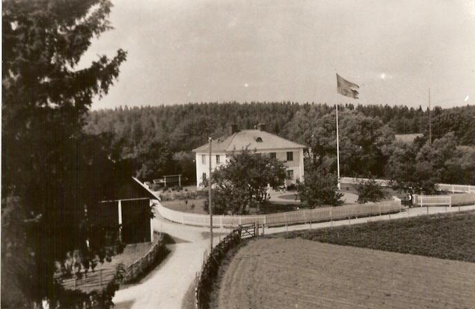 Kvills Gård. Byggt 1932, brann ner i en häftig brand 1985. Ägare till gården har bla varit Sigfrid Elmår, som köpte gården av sin bror, svensk-amerikanen Karl Svensson.