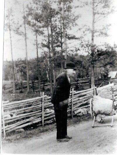 Pelle Röding bodde i backstugan Åbo 1881-1925. Pelle samlade lump och ben och sålde till bruket. Född 1841, dog 1925.
